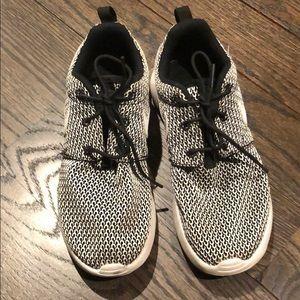 NIKE unisex Roshe One Sneakers. Size 3
